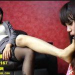 くっさい足を舐めさせられる可愛い中国人女性