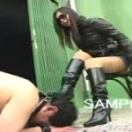 サングラスをかけた素人女王様がM男をブーツで足コキする動画