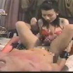 ドMな男のあそこを刺激さらに聖水を飲ませる女王様動画