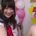 ニーハイが可愛いJK制服女子がM男を足コキする動画