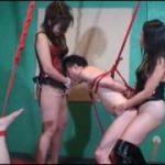 二人のエロい女王様に拘束され情けない姿でペニバン挿入されるM男動画