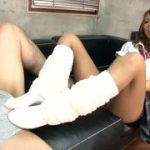 今時ルーズソックスなJKがM男を足コキする動画