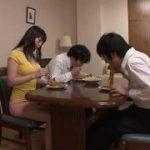 夫の前で義理の息子を机の下から足コキする痴女動画