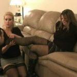 海外モデルのような美人ギャル2人の足を舐めるM男動画
