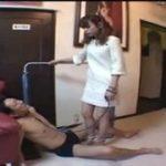 清楚なスカートの美女に足で踏まれてたまらんM男動画