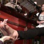 足の臭いフェチM男がきれいなお姉さんの足をペロペロ舐める動画