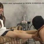 JK制服女子の足元で足を舐めるM男2人の情けない動画