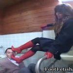 M男を便所で足コキ踏みつけ、脚で逝かさせる痴女動画