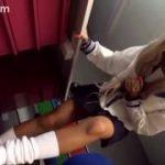 セーラー服の黒ギャルJKに立ち足コキで強制射精するM男の動画