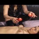 ボンテージの豊満女王様が熱いろうそく垂らして隠語責めするレズ動画