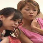 二人のカラフル痴女に唾液垂らされ興奮のM男動画