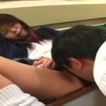 制服JK美少女のパンティ越しの強制クンニで我慢出来ないM男動画
