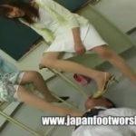 熟女な二人組に足コキ調教されるM男を楽しむ痴女の動画