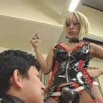 金髪のピカピカボンテージ女王様がM男を後ろからペニバンで調教する動画