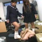制服の美少女たちがM男の顔を踏みつけ喜ぶ痴女たちww