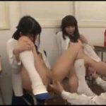 可愛い制服JK二人の足を舐めさせられるM男な動画