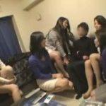 熟女集団が若い男を一斉に逆レイプする動画www