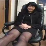 セクシーな黒パンストを履いた熟女の美脚を触り興奮wwww