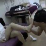 セレブな中国人たちがM男に足をなめさせて喜ぶ痴女動画ww