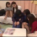 男性一人が女性の部屋に呼ばれて集団逆レイプされる浦山動画www