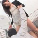 露出狂な美女が屋上でたまらん逆レイプするM男動画www