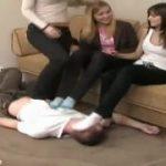 3人の美女たちにひたすら踏まれ続けて苦しそうなM男動画www