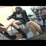 制服JKたちの足を舐めさせられていじめられる可愛い女子ww