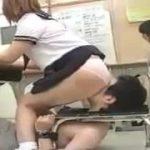 教室で制服JKたちの授業中に顔面椅子で圧迫されちゃうM男動画wwwww